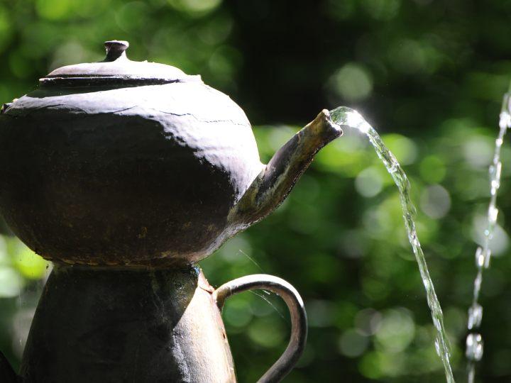 Fontaine de théières_Photographe Cyrille de Villèle et de la Ville de Digne-les-Bains 1